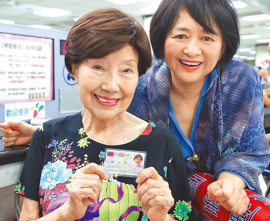 日本鋼琴家藤田梓(左),17日終於拿到台灣的身分證,在戶籍地興奮地展示剛發下來的身分證,右為協助她的鋼琴家葉綠娜。(季志翔攝)