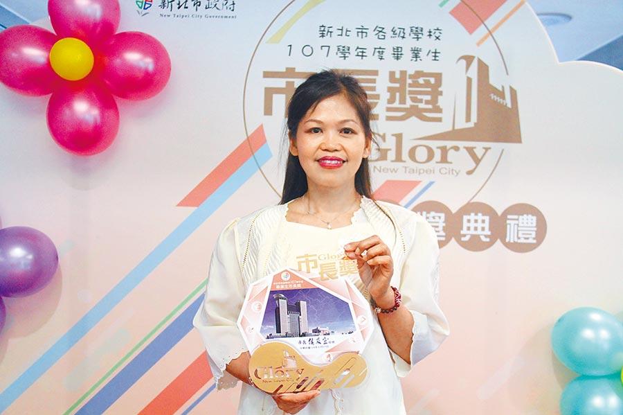 48歲的菲律賓新住民郭祖餘嫁來台灣24年,靠勤學苦讀練就一口流利中文,如今已是能獨當一面的超商店員,今年更以第1名成績從淡水國中畢業,17日獲市長獎表揚。(譚宇哲攝)