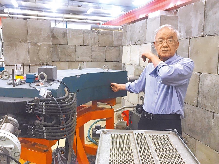 從事核子物理研究60年的清大退休教授楊銀圳,發現以低能核子物理即可製造出極大且可控制的核融合,不僅是國內學界首次發現,更可利用在無汙染疑慮的發電上,其優勢是只要10個模組、約半個籃球場大小的建物,即可供應台北市1天的用電量。(陳育賢攝)