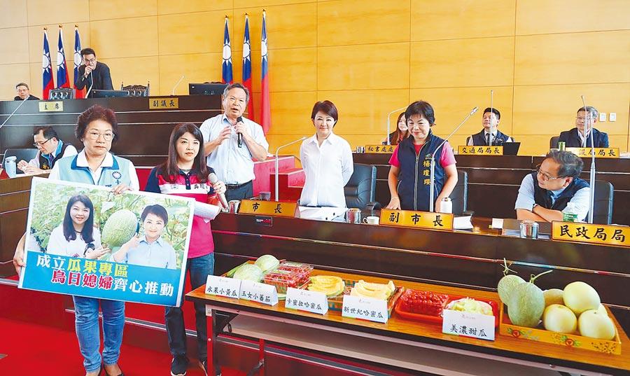 台中市長盧秀燕說,她將帶市議員吳瓊華推薦的台中在地優質瓜果北上,請蘇院長及中央官員品嘗,全力行銷台中優質水果。(陳世宗攝)