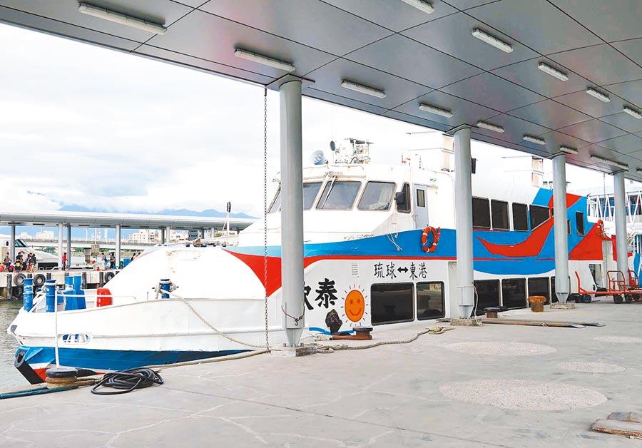 小琉球觀光熱門,船班常客滿,不過公船「欣泰號」船齡老舊,經爭取後預計明年新的公船將加入運輸行列。(潘建志攝)
