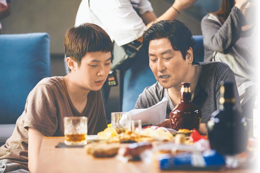 宋康昊(右)和崔宇植飾演一對生活落魄的失業父子。