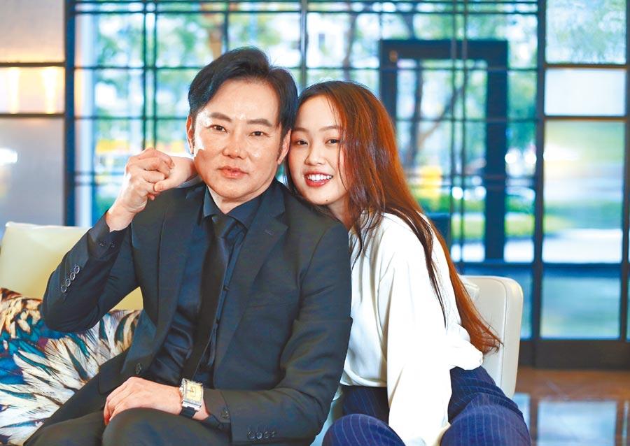 陽帆(左)首次陪著女兒陳妤安接受專訪,父女情深。(粘耿豪攝)