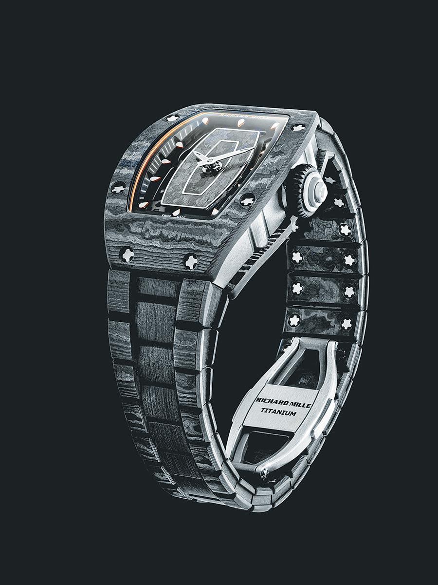 Richard Mille延伸獨創的碳纖維TPTR材質至表帶,重量僅29公克,RM 07-01碳纖維腕表,約687萬。(Richard Mille提供)