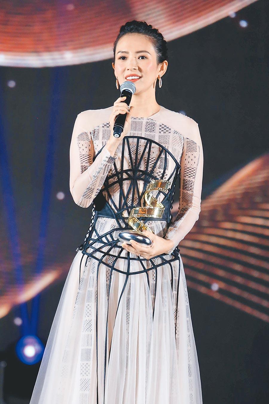 章子怡在微博電影之夜獲得「最具國際影響力演員」,以一身The Atelier獵奇蜘蛛網裝驚豔全場,極具異國風情。(CFP)