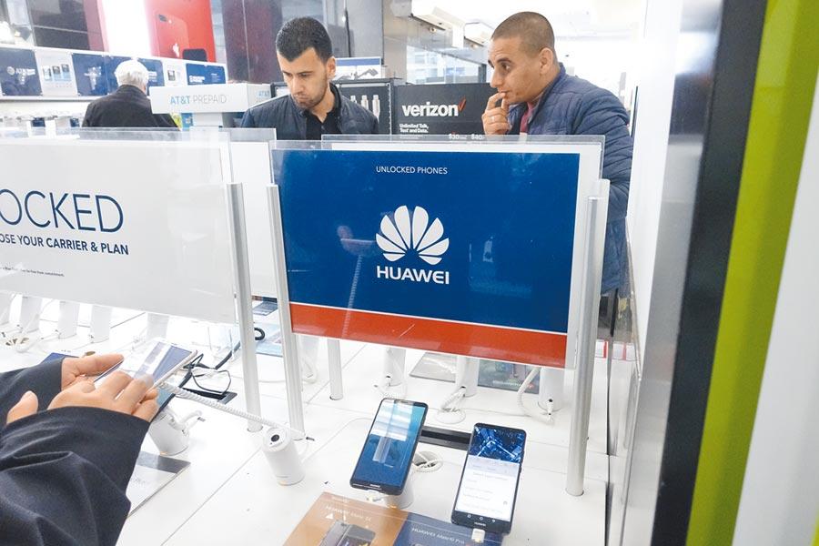 美國紐約百思買電器商店中顧客試用華為手機。(中新社資料照片)
