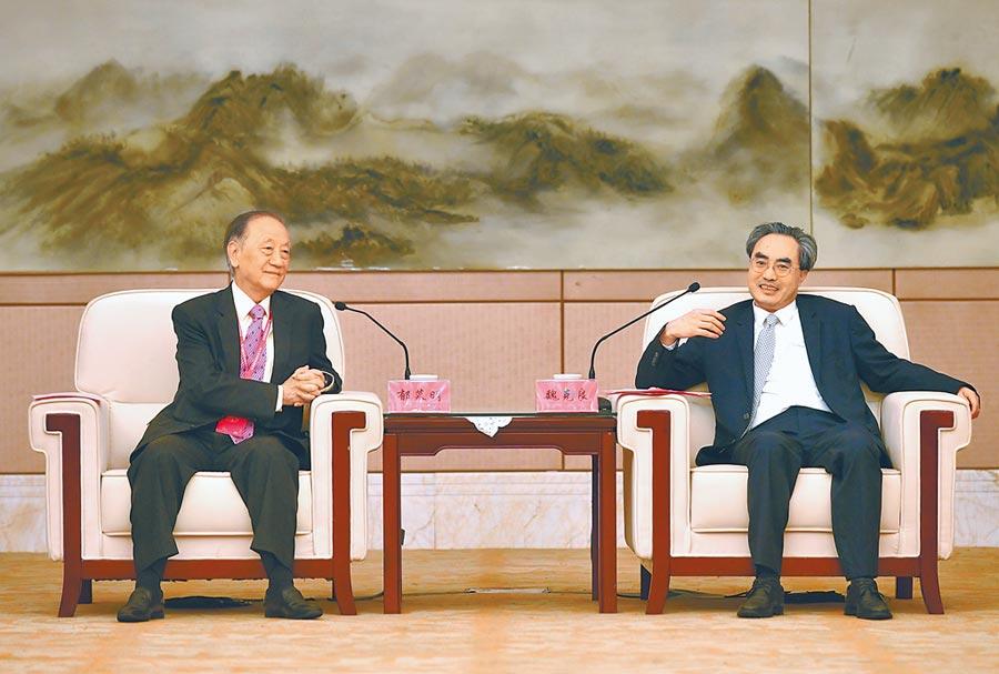 6月17日,福建省政協副主席魏克良(右)會見新黨主席郁慕明。(中新社)