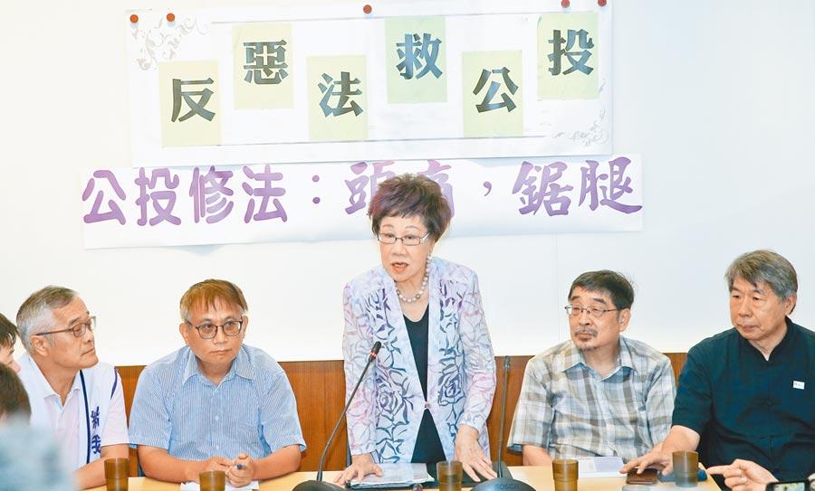6月17日,前副總統呂秀蓮(中)召開「反惡法‧救公投」記者會。(本報系記者劉宗龍攝)