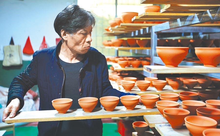 福建省南平建陽區建匠人吳立主在準備為建盞坯上釉。(新華社)