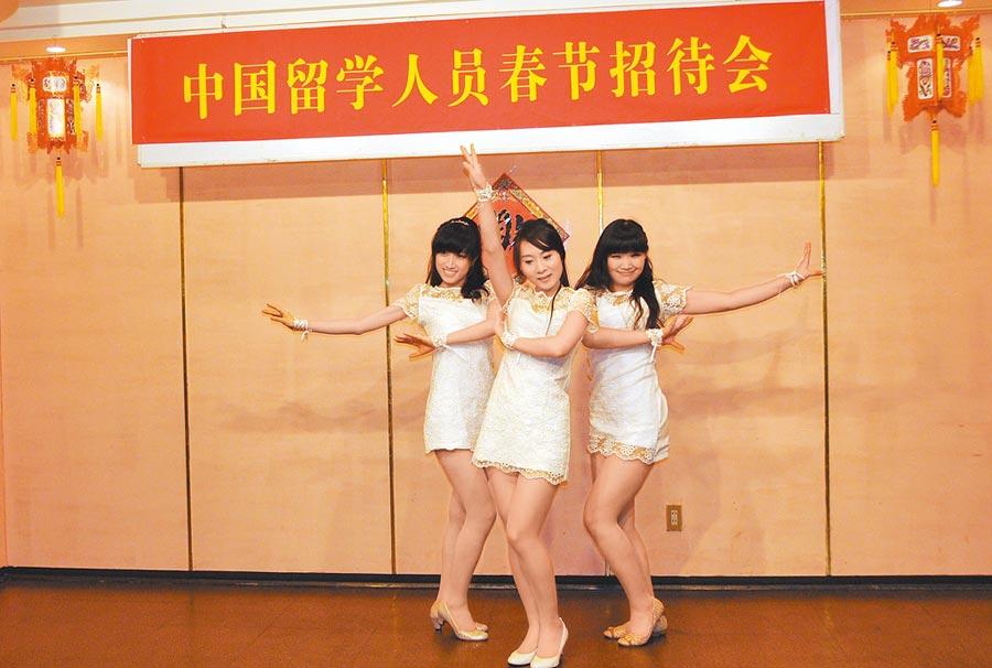 2014年1月26日,中國駐日大使館舉辦中國留學生春節招待會。(新華社)