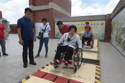 有愛無礙 縣長媽媽王惠美陪身障者吃午餐