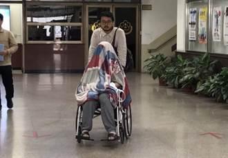 「騙扁小子」黃琪 大熱天蓋毯子坐輪椅出庭 5萬交保