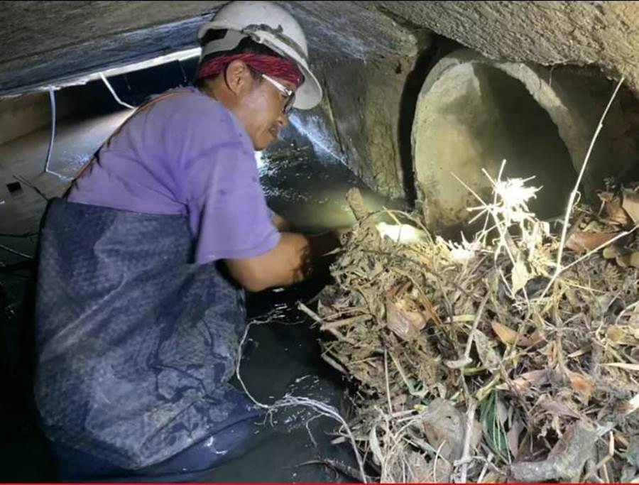 雜物堆積在下水道水管口。(圖/韓國瑜選總統全國後援會)