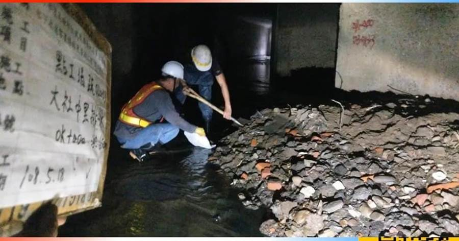 下水道泥沙堆積太多,人力清除困難。(圖/韓國瑜選總統全國後援會)