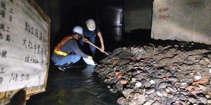高雄市長韓國瑜在臉書發文,並貼出水溝清淤照片,呼籲外界給努力辛苦工作的市府團隊多一些鼓勵。(翻攝自韓國瑜臉書)