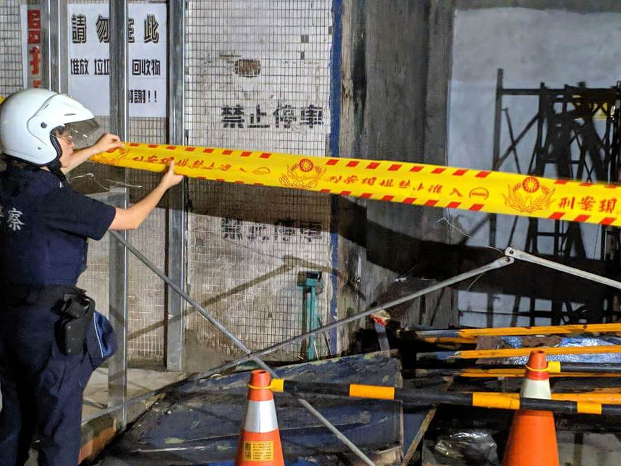 警方至墜樓現場拉封鎖線調查。(胡欣男翻攝)