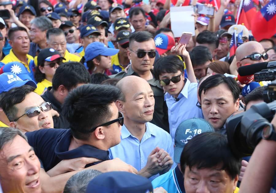 圖為高雄市長韓國瑜15日在雲林斗六人文公園舉行造勢大會,韓國瑜進場時,支持者夾道歡迎。(資料照,黃國峰攝)
