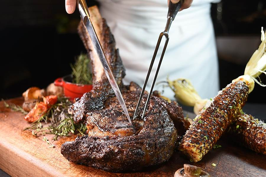 晶華酒店〈Robin's牛排館〉將於7/4日起推出的〈美國極黑牛戰斧牛排〉,使用美式炭烤手法保留食材鮮美原味。(圖/姚舜)
