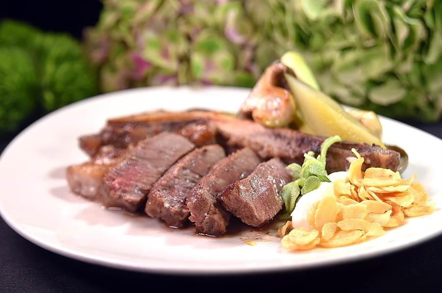 傳統菲力牛排沒什麼油脂,所以除了柔嫩外吃不出香味,但晶華〈Robin's鐵板燒〉的〈帶骨菲力牛排〉,又香又嫩且吃得出甜味。(圖/姚 舜)