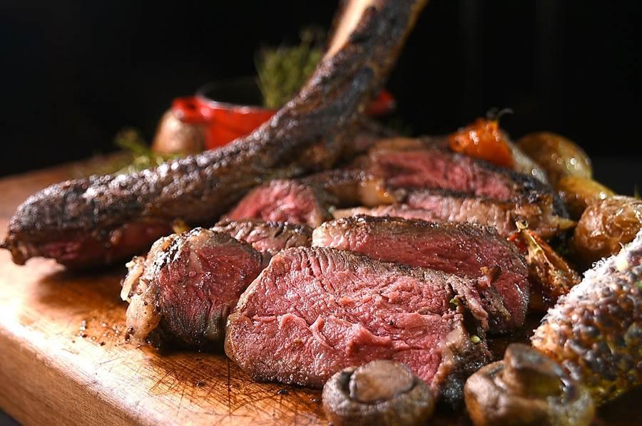 晶華Robin's的〈美國極黑戰斧牛排〉,可以一次嘗到沙朗、老饕部位與酥香的骨邊肉。(圖/姚舜)