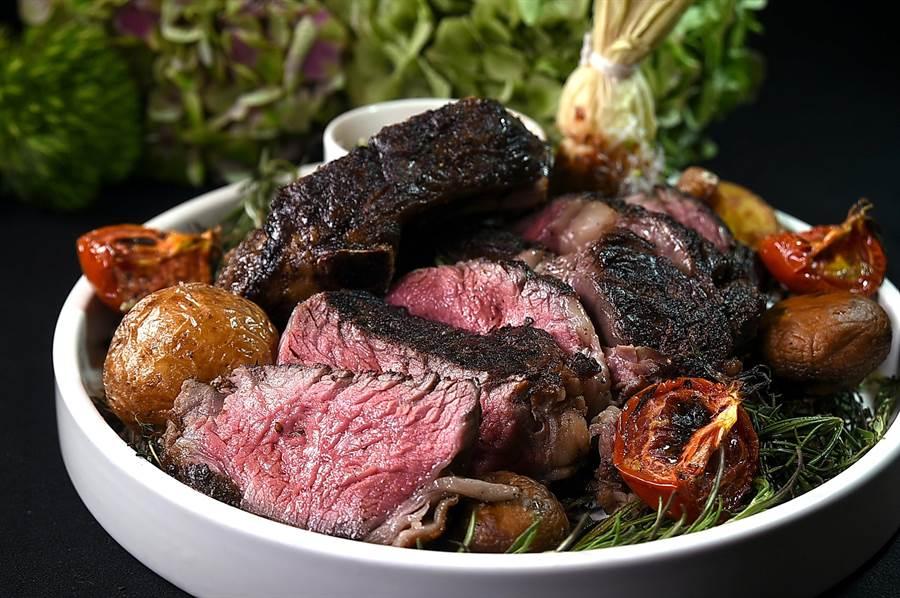 35盎司的〈美國Prime級帶骨肋眼牛排〉,是帶骨肋牛肉先用肯瓊粉和鹽之花調味醃漬6小時候,再用直火炭烤,表面酥焦有炭香,肉質柔嫩並帶有肉香。(圖/姚舜)