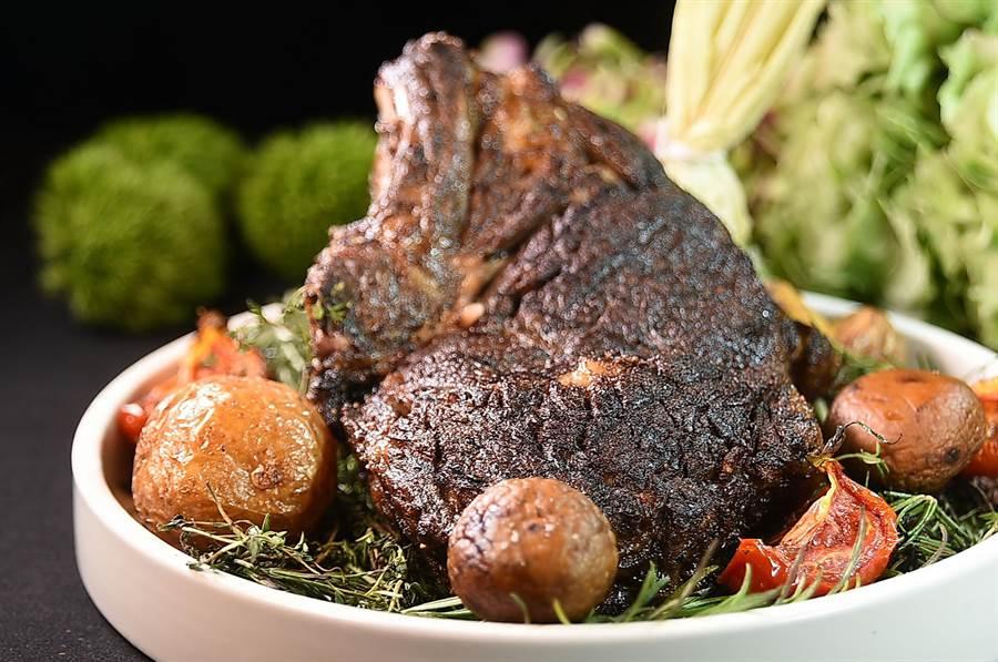 帶骨就是好吃,台北晶華酒店「大口吃肉季」期間推出很多帶骨牛肉排讓肉控「大塊」朵頤。(圖/姚舜)