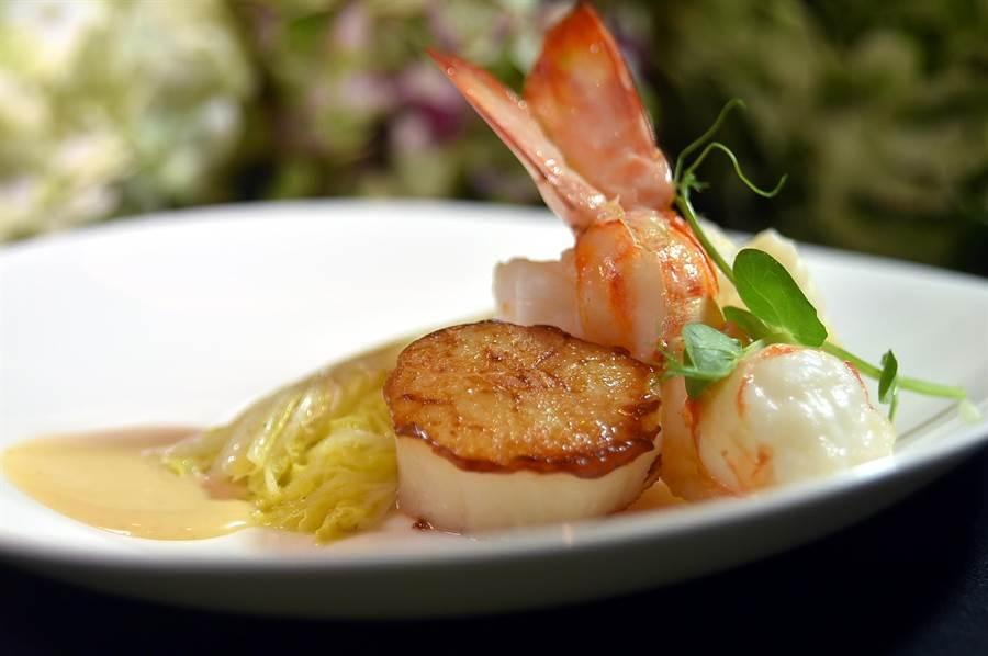 在晶華Robin's鐵板燒享用「帶骨菲力牛排套餐」,可以兼享受鐵板香煎的鮮蝦與大貝。(圖/姚舜)