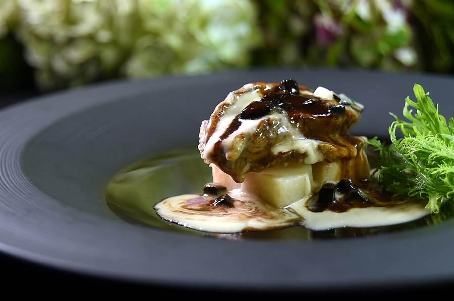 晶華Robin's鐵板燒享用「帶骨菲力牛排套餐」菜式包括用黑白雙醬提味的鮑魚。(圖/姚舜).
