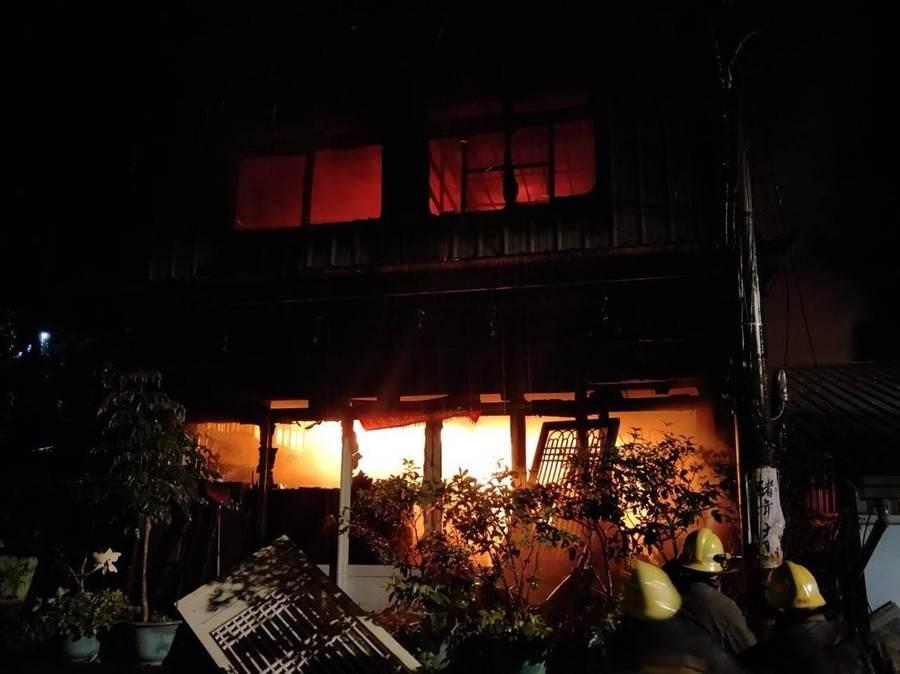 竹山鎮中坑路的2層樓鐵皮屋發生火警後,屋內一片火海。(消防隊提供)