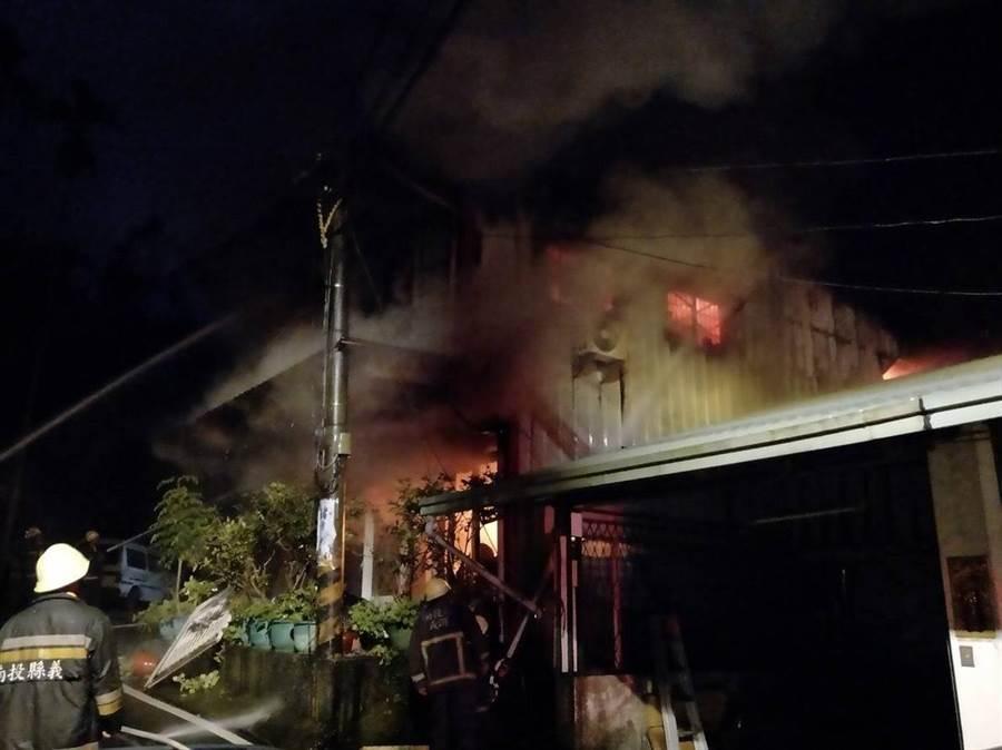 竹山一棟二層樓鐵皮屋凌晨遭惡火吞噬,造成一死不幸憾事。(消防隊提供)