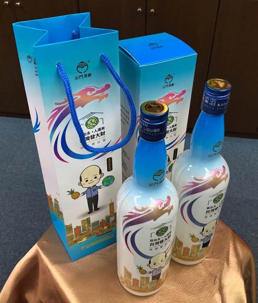 「韓國瑜市長金門高粱酒」特選2016年及2019年榮獲〈舊金山世界烈酒大賽〉年度最佳白酒獎及雙金牌獎的酒基來灌裝。(李金生攝)