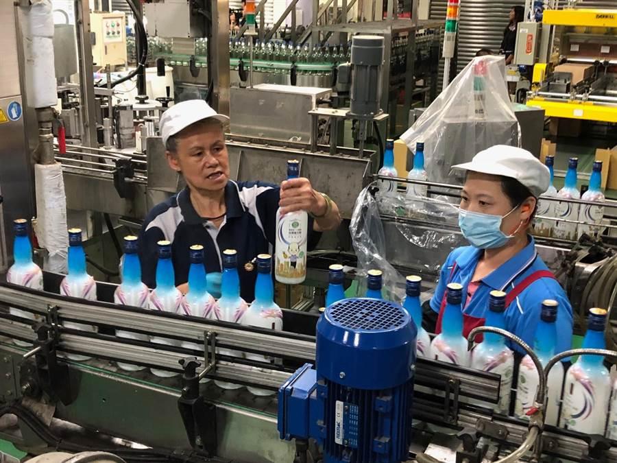 「韓國瑜市長金門高粱酒」在金酒生產線上加緊灌裝作業。(李金生攝)