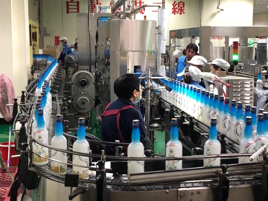 金酒生產線今起全面作業。加緊灌裝「韓國瑜市長金門高粱酒」。(李金生攝)
