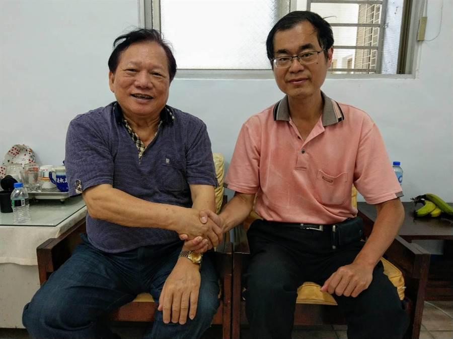 國民黨花蓮縣黨部主委鄒永宏(左)向黃啟嘉(右)恭喜立委民調初選出線。(范振和攝)