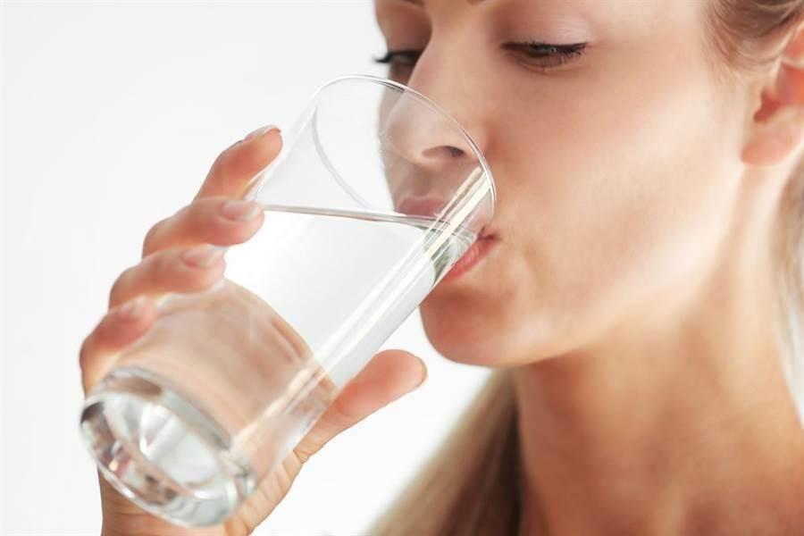 喝水。(圖/達志)