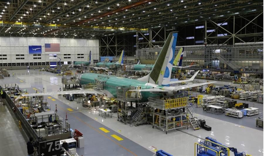 英國國際航空集團向美國航空大廠波音訂購200架737Max,替官司與調查案纏身的波音公司打下一針強心劑。圖為波音737Max生產線。(美聯社)