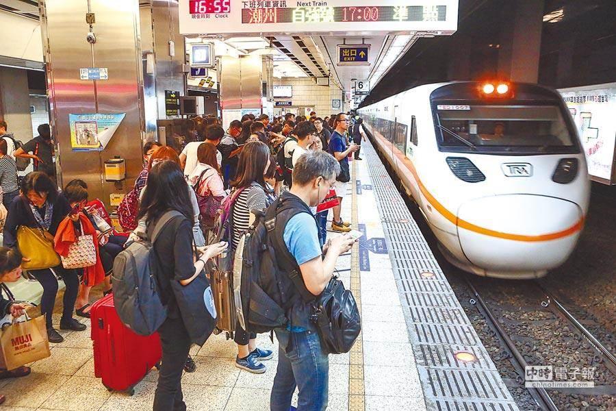 台鐵推出新一代票務系統,整合購票、付款等流程,新版APP「台鐵e訂通2019」也已同步上線。(報系資料照)