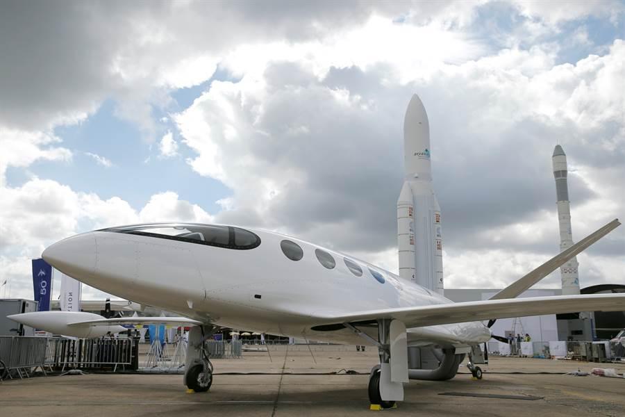 以色列新創公司偏航(Eviation)的全電動飛機原型愛麗絲現身巴黎航展。(路透)