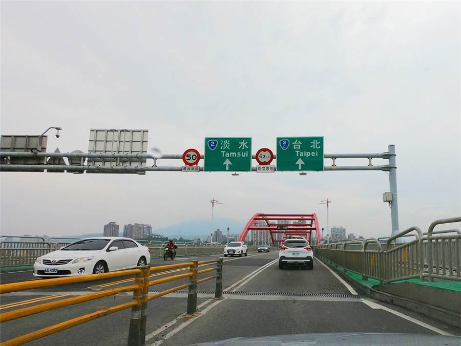 上關渡大橋前往台北或淡水都很方便。圖/莊雪慧攝