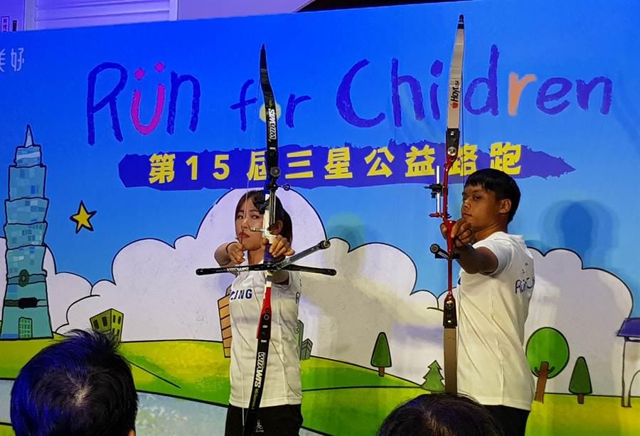 譚雅婷(左)和彭貴祥(右)比出帥氣的射箭準備姿勢。(陳筱琳攝)