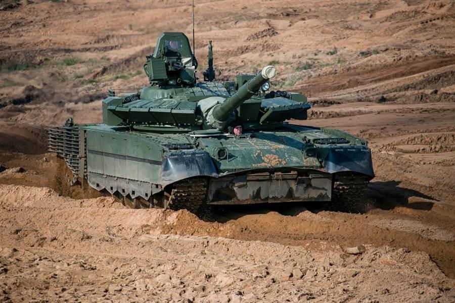 俄軍將40輛T-80BVM戰車部屬幾乎在黑龍江江邊的第38近衛摩托化步兵旅,格外引人注目。圖為T-80BVM(圖取自俄羅斯國防部)