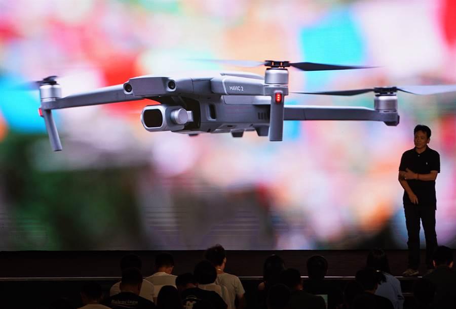大陸的大疆公司在全球擁有7成的民用無人機市佔率,在美國更高達8成。圖為大疆在北京發布新型航拍無人機。(圖/新華社)