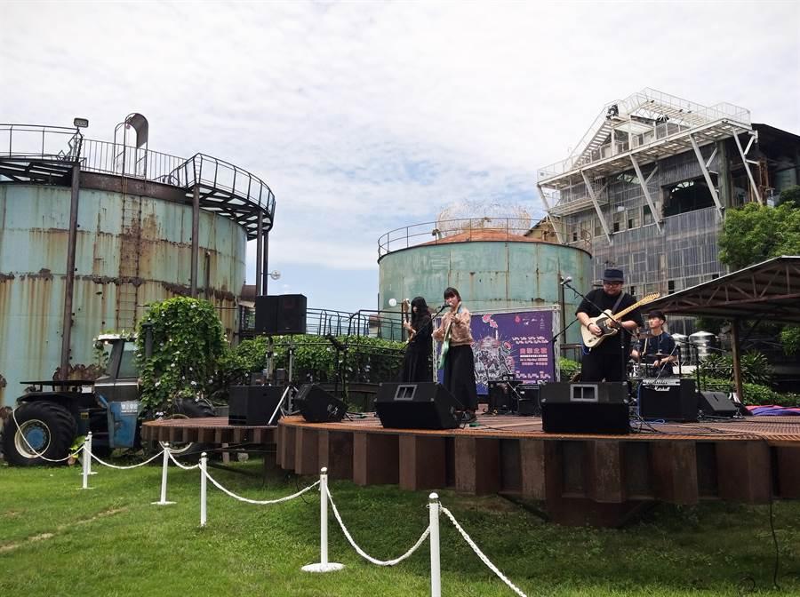 首屆囪擊音樂祭以園區齒輪舞台當主舞台、老糖廠大煙囪當背景。(曹婷婷攝)