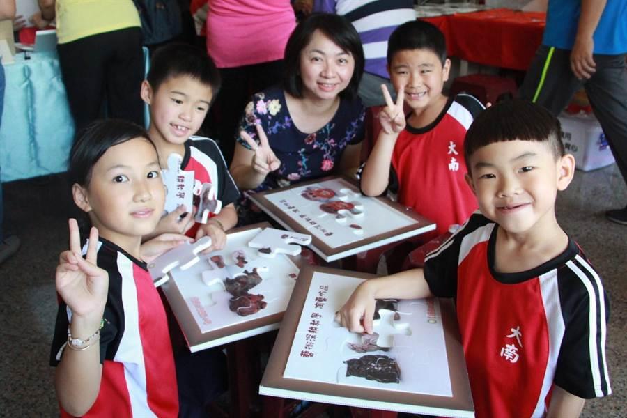 大南國小校長李雯琪樂和學生互動,認為孩子天真的笑容是最療癒、最無價的。(何冠嫻攝)