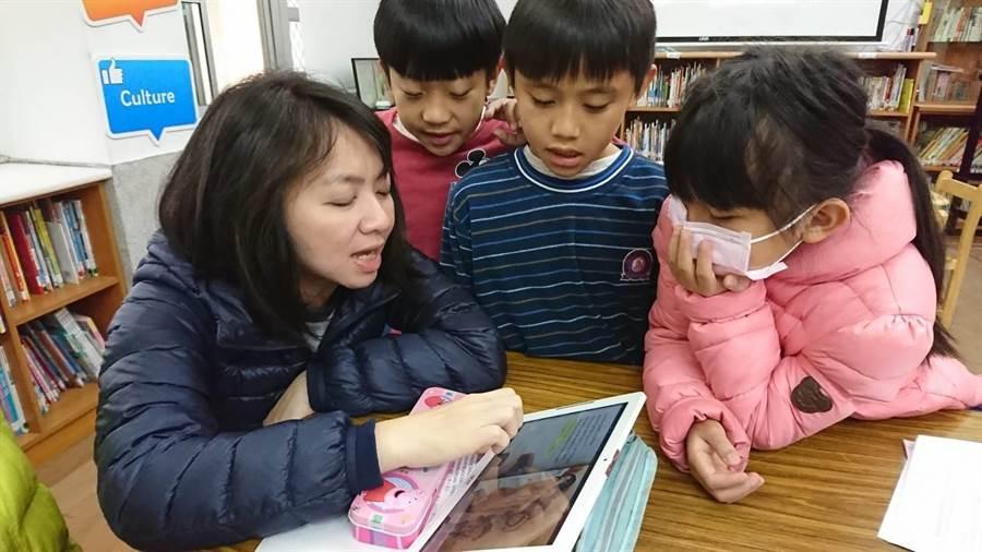 大南國小校長李雯琪最喜歡和學生共讀英文繪本、玩英文桌遊,誘發學習樂趣。(何冠嫻翻攝)