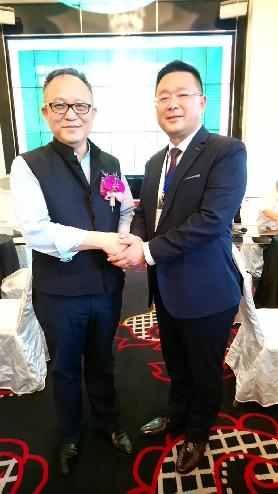 (和唐建設總經理王至亮(右)19日自紀吉川手中接下理事長寶座。圖:曾麗芳)