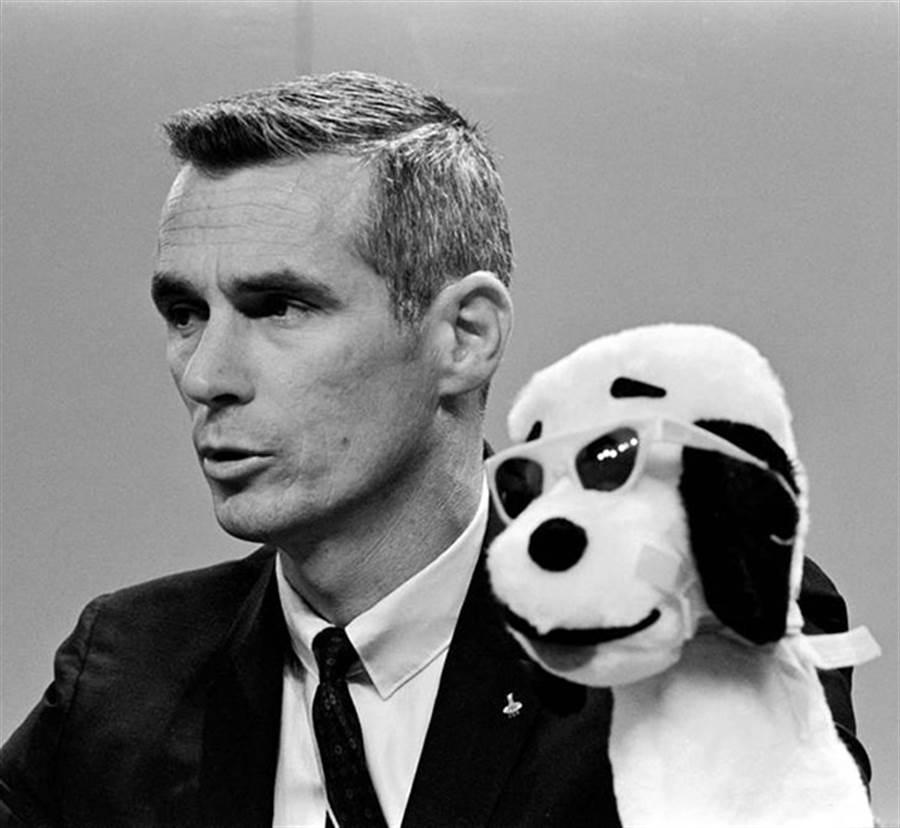 阿波羅10號指令長尤金塞爾南在記者會上,帶著史努比玩偶。(圖/NASA)