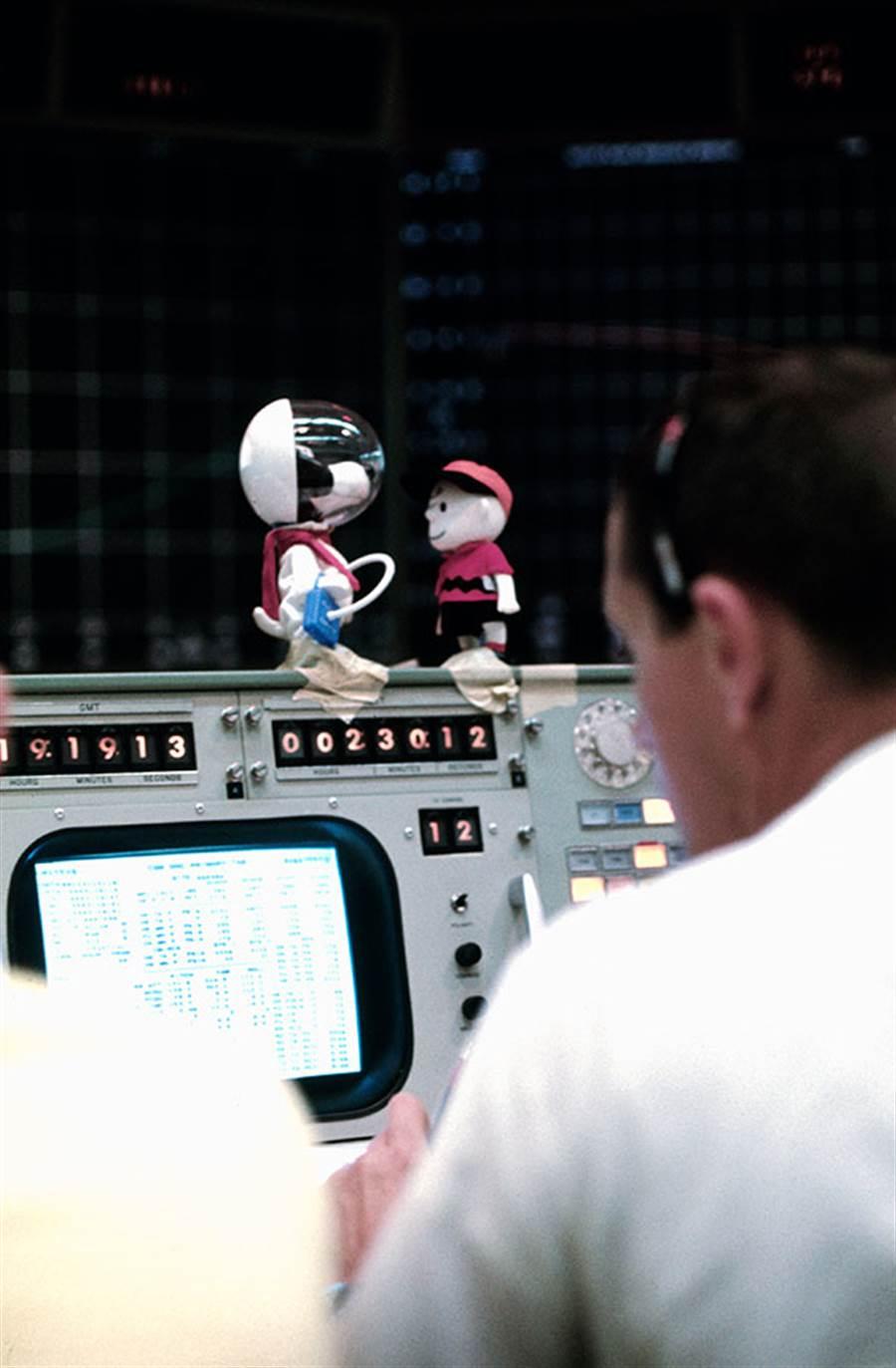 阿波羅10號任務期間,休士頓任務控制中心,也擺著查理布朗與史努比。(圖/NASA)