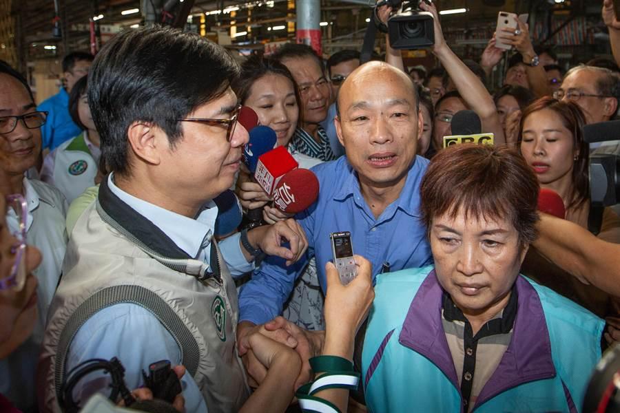 韓國瑜聽聞行政院終於撥款5300萬元登革熱防疫經費,第一時間趕往與陳其邁會合,一下車便趨前握手、表達感謝之意。(袁庭堯攝)