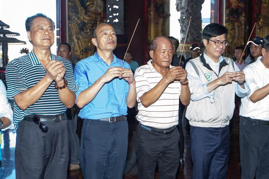韓國瑜與陳其邁於保安宮參拜,隨後兩人進行閉門會談,商討中央與地方的防疫資源整合問題。(袁庭堯攝)